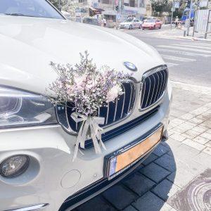 קישוט רכב בשילוב פרחים
